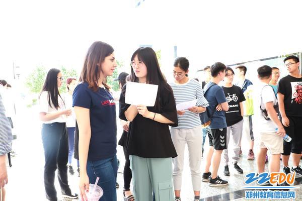 中外学生在进行交流