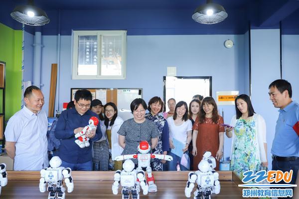 2贾惠芬校长与徐徐玉峰校长一行共同观看创客空间机器人表演