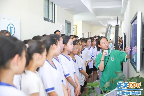 3学生志愿者为同学们讲解智能阅报机