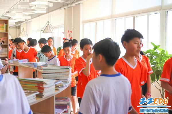 4同学们参观智慧图书馆