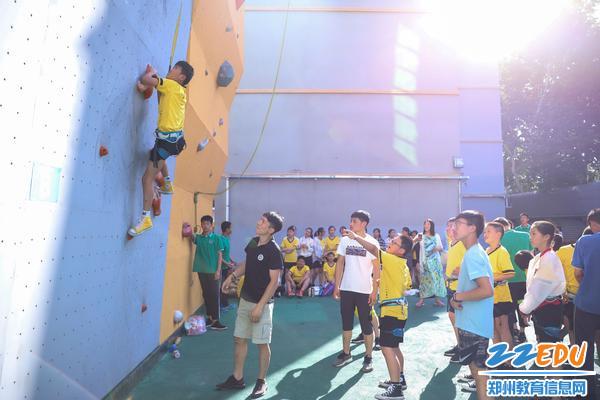 6同学们现场体验攀岩墙