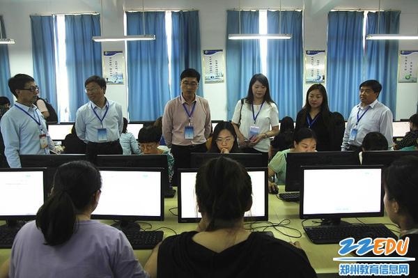1视导员在郑州市第七十三中学教师网络问卷监测现场