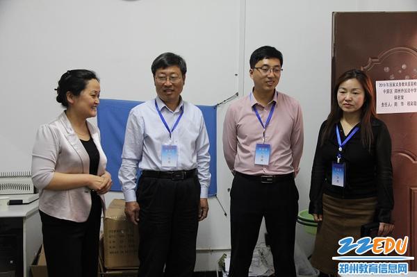 2视导员在郑州外国语中学保密室