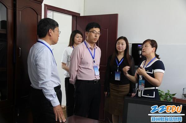 3视导员在郑州市中原区伊河路小学锦绣校区学生演唱测试室