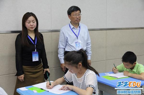 4视导员在郑州市中原区育才小学学生试卷填答监测现场