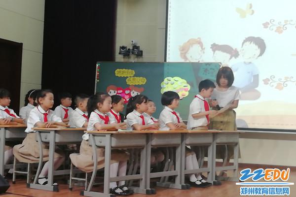 回民第一小学李雪老师执教主题班会《感恩的心》