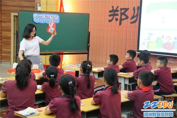 图片1-李沈琪老师在上课
