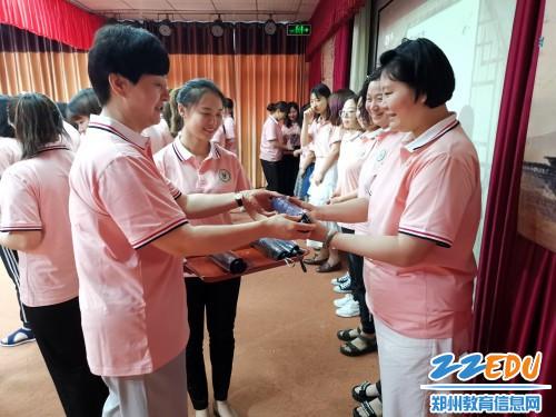 5_园长范新梅为教师代表送吉祥