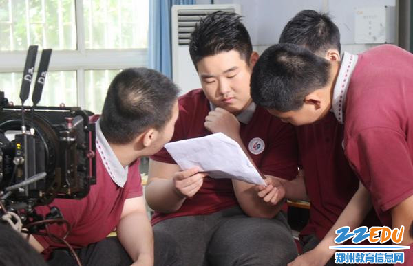 5同学们积极讨论剧本和拍摄方案