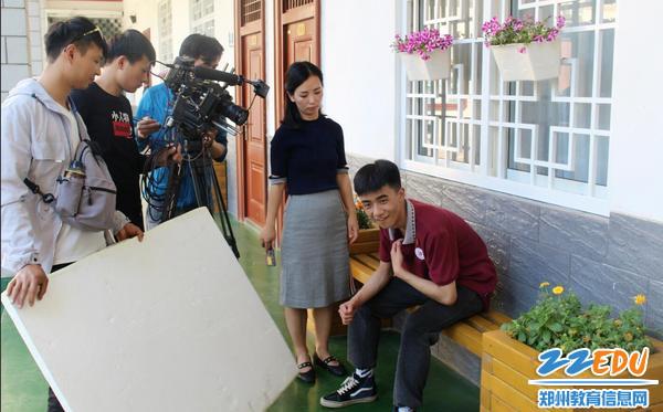 6拍摄场景从家庭到学校,从教室到操场。