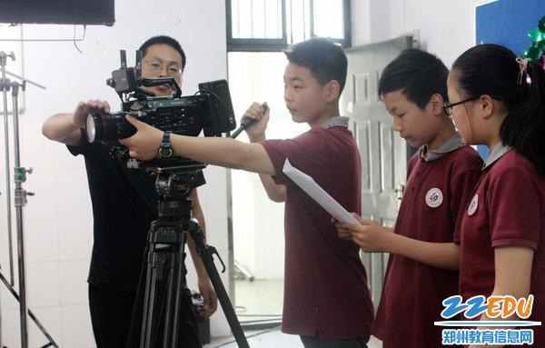 7在指导老师帮助下学生利用轨道拍摄