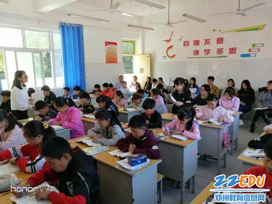 官坡二中校长刘玉斌携全体教师听课