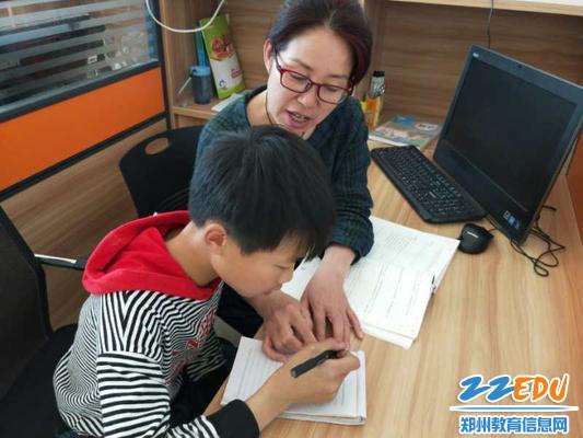 郑州63中支教教师课后李淑瑜辅导学生