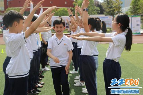 学生正在体验游园活动