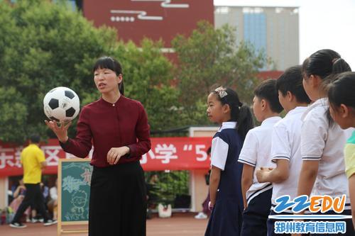 郑东新区心理教研员王娟老师参与到学生游园活动中