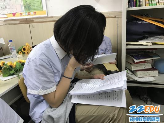 学生读信时流下眼泪