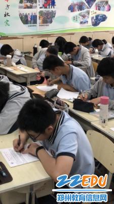 学生在给家长写回信