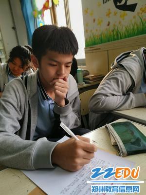 学生在写回信