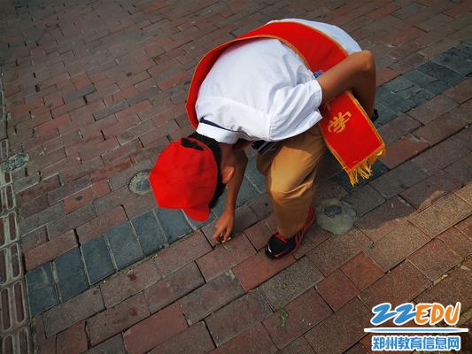 4.自觉捡起烟头,用实际行动维护城市整洁