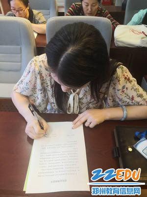 2、教务处陈艳丽主任签订中招招生纪律责任书