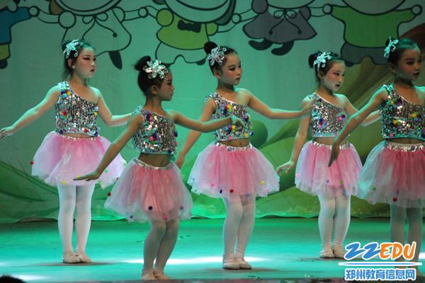 低年级学生的舞蹈表演