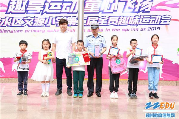 4警企代表与获奖学生合影留念