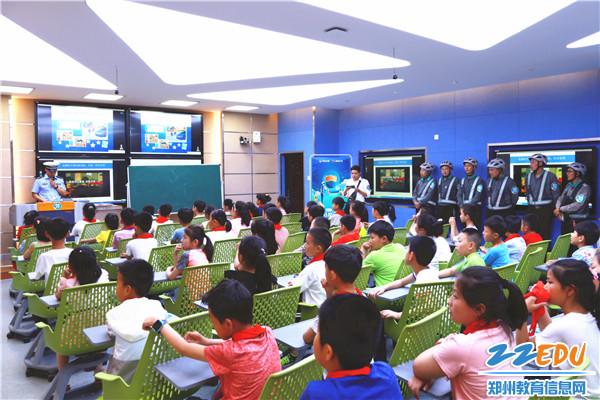 5文源小学未来教室内进行安全教育课