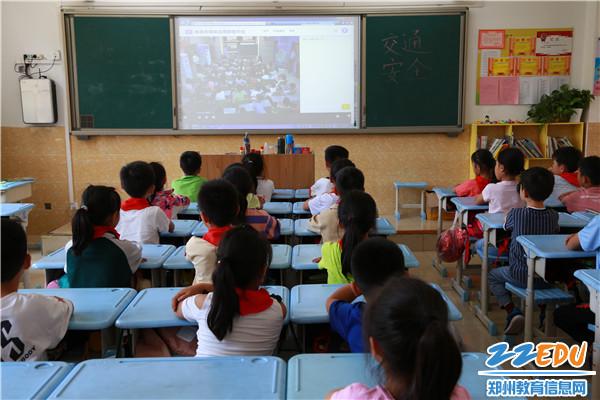 8班级观看安全教育直播