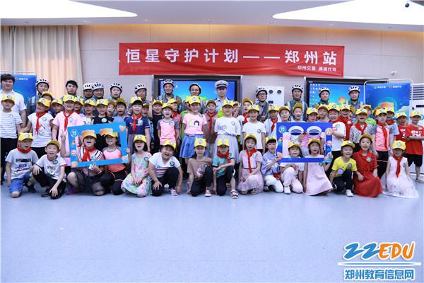 9文源小学学生代表与警企代表合影