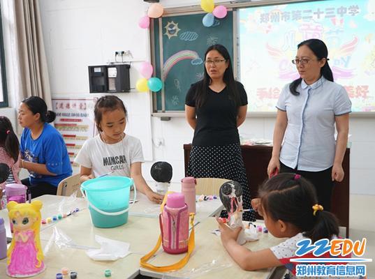 薛莹校长谭春红主席观看孩子们手绘活动
