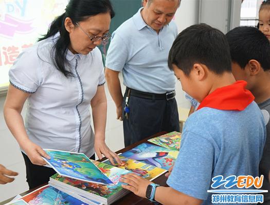 崔伟书记和薛莹校长给孩子们送书来啦!