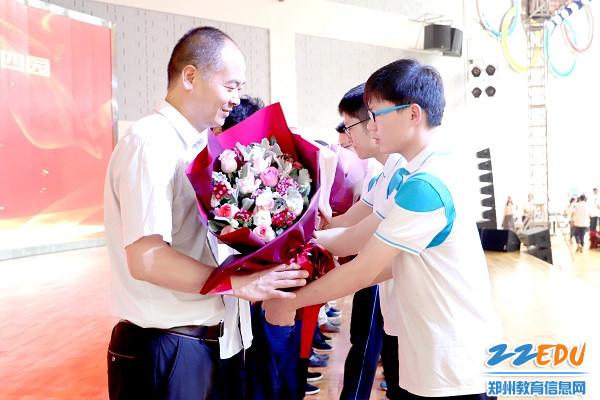 学生代表为班主任献上鲜花