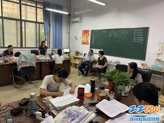 郑州18中领导班子观摩新密二高化学组集体教研