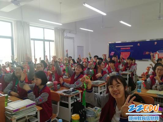 学生们收到香包后开心的笑容