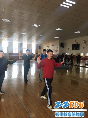 6刘晓龙老师做示范动作
