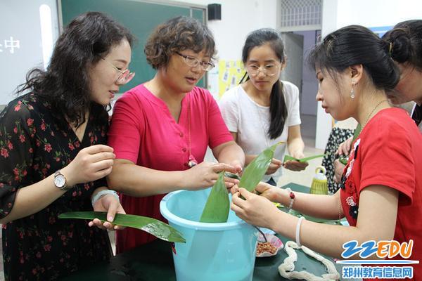 校长贾慧娟讲解包粽子的方法