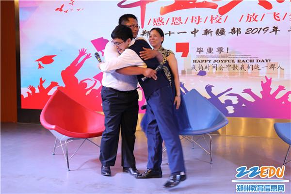 一个拥抱、潸然而下的泪水,表达出学子们对老师的感恩之情。