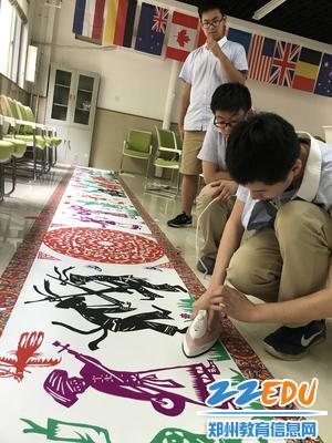 学生在进行后期制作