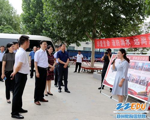 学校党总支副书记张冉介绍学校党组织建设情况