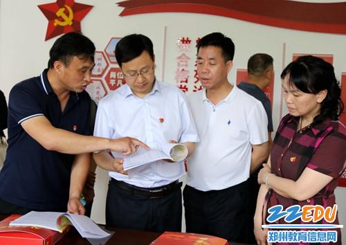 学校党总支书记刘治介绍学校党建工作情况