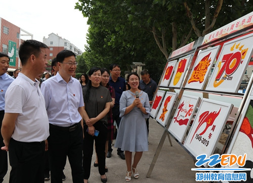"""观看学生""""献礼祖国70华诞""""纸浆画展览"""