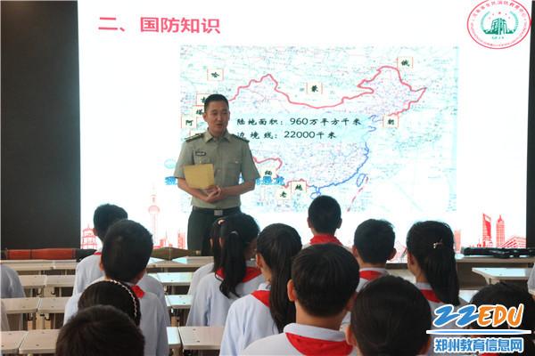 2 教官为同学们讲解国防形式