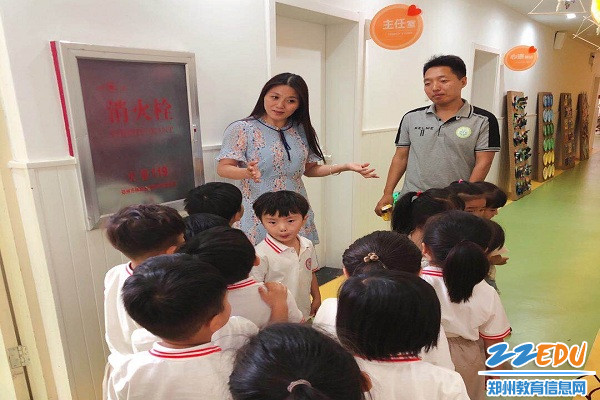 该园园长楚雅淇为幼儿进行安全教育