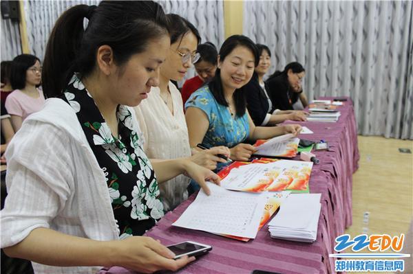8.评委老师们紧锣密鼓的核对成绩
