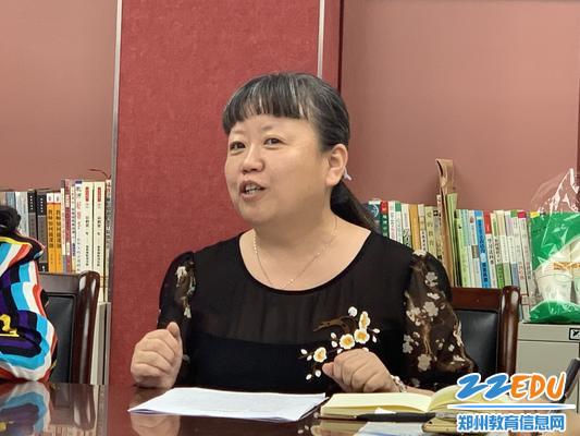 郑州八中倪霞老师引领各位青年教师前进