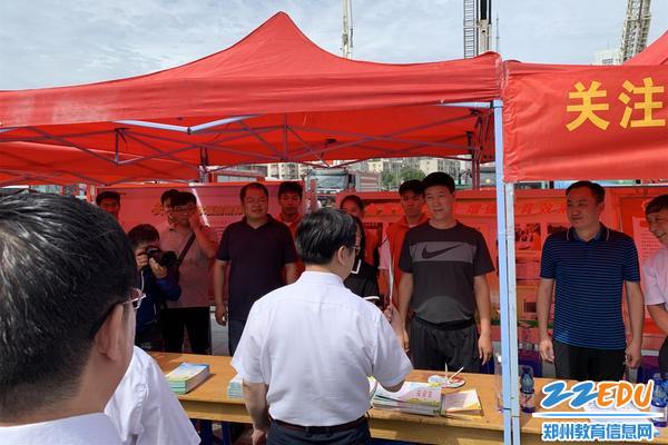 王新伟市长视察教育局安全宣传点