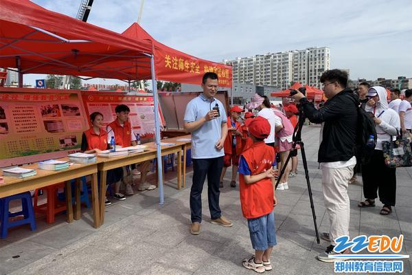 郑州44中安全志愿者代表教育局开展宣传活动