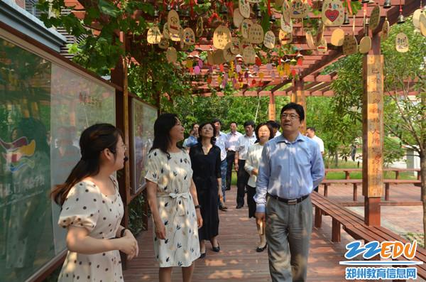 3在郑州龙门实验学校实地考察校园文化