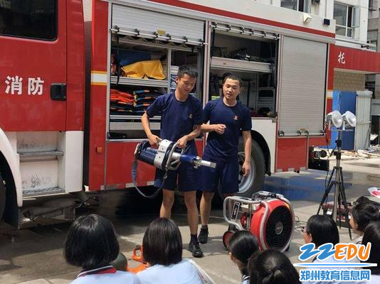 消防战士演示消防器械