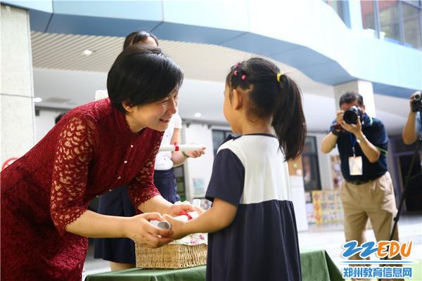 市实验幼儿园园长郝江玉为孩子们颁发毕业证书